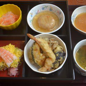 敬老会の昼食「松花堂弁当」です