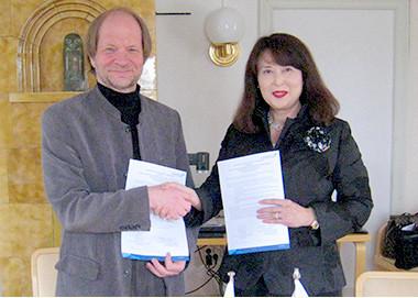 フィンランドオムニア職業学校総長のサンポ・スイフコ氏と藤本理事長が協定書に調印